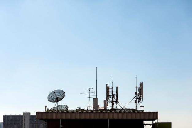 Groep van telecommunicatie-antennes en satellietschotel