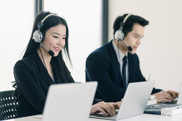Groep van telemarketing klantenservice team in callcenter
