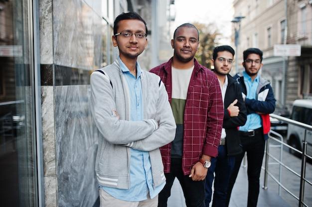 Groep van vier indiase tiener mannelijke studenten. klasgenoten brengen samen tijd door.