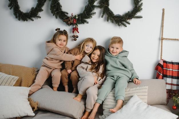 Groep van vier kinderen met cadeautjes op kerstfeest