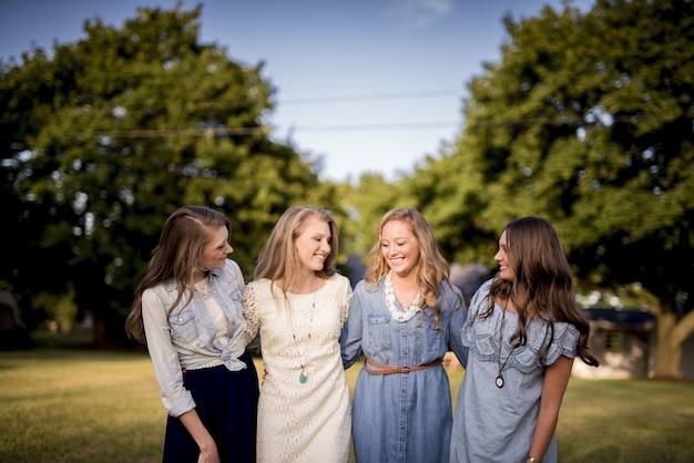 Groep van vier vriendinnen die elkaar in het park koesteren