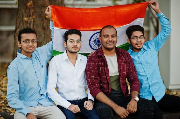 Groep van vier zuid-aziatische indiase man met vlag van india.