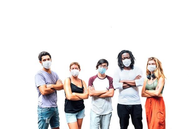 Groep van vijf mensen met masker in de straat