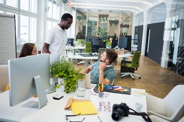 Groep van zakenlieden met elkaar interacteren
