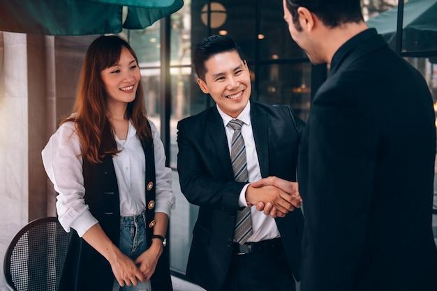 Groep van zakenman en zakenvrouw praten over nieuw zakelijk project en marketingplan met partner bij coffeeshop in bedrijfslocatie
