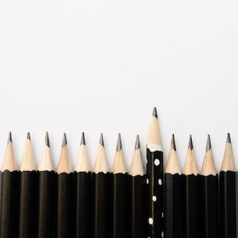 Groep van zwarte potloden en een potlood met stippen