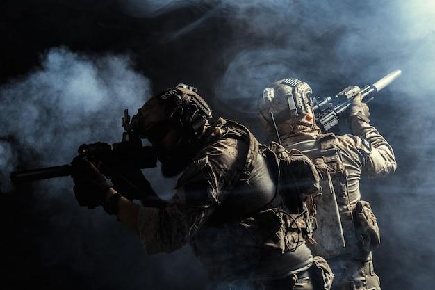 Groep veiligheidstroepen in gevechtsuniformen met geweren