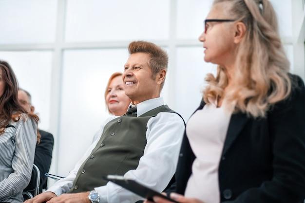 Groep verantwoordelijke zakenmensen zitten in de vergaderruimte. foto met ruimte voor tekst