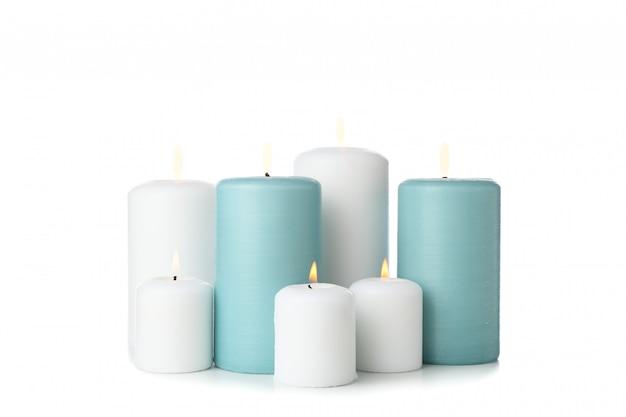 Groep verschillende kaarsen die op wit wordt geïsoleerd