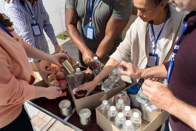Groep verschillende mensen die vrijwilligerswerk doen bij een voedselbank voor arme mensen