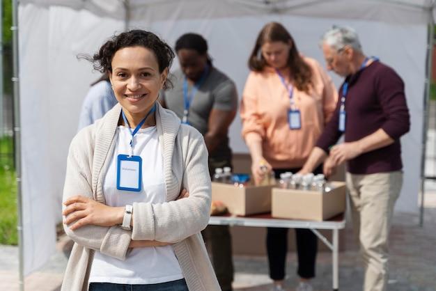 Groep verschillende mensen die vrijwilligerswerk doen bij een voedselbank