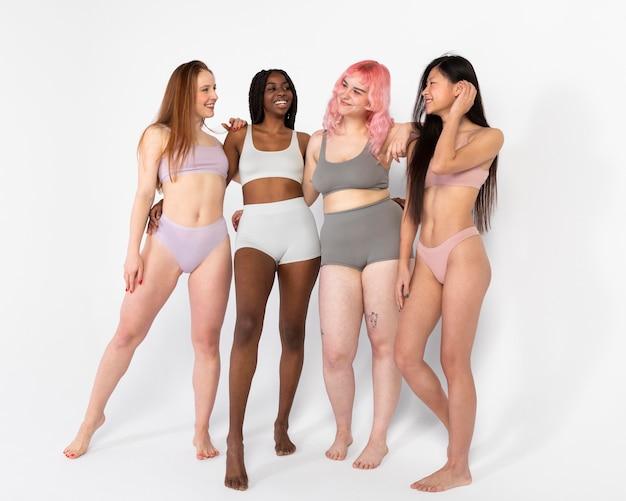 Groep verschillende mooie vrouwen