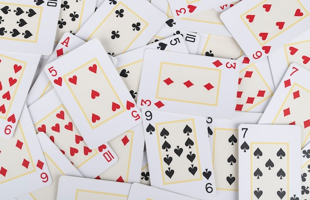 Groep verschillende speelkaarten. kaarten achtergrond.