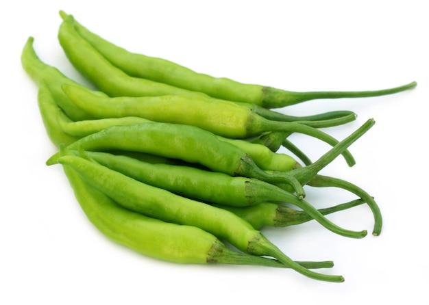 Groep verse groene pepers op witte achtergrond