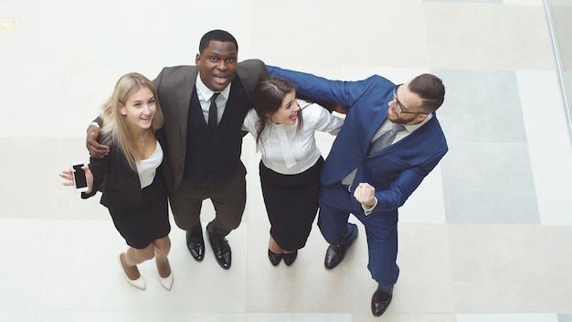Groep vertrouwen in positieve zakenmensen vieren de overwinning.