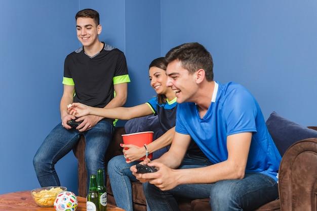 Groep voetbalfans in woonkamer