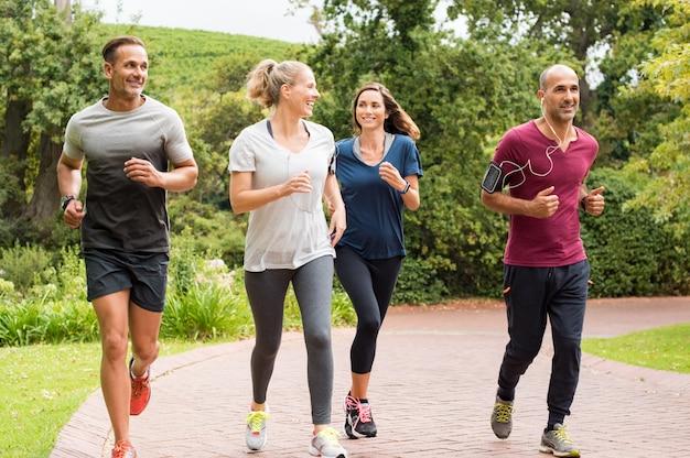 Groep volwassen mensen joggen