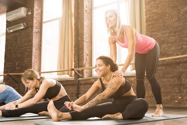 Groep volwassen vrouwen die bij de gymnastiek samenwerken