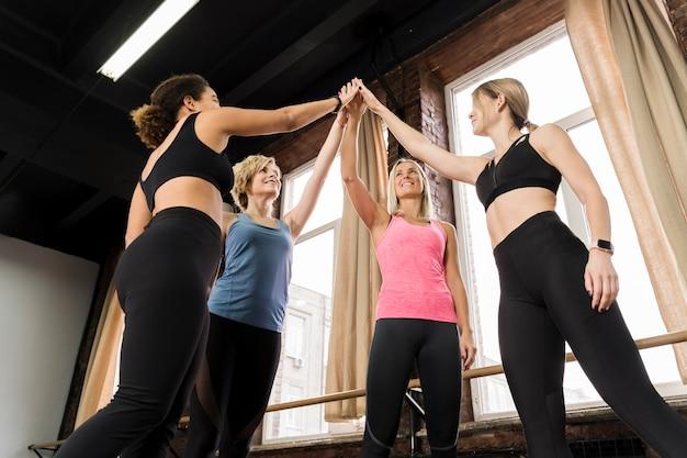 Groep volwassen vrouwen die samen toejuichen