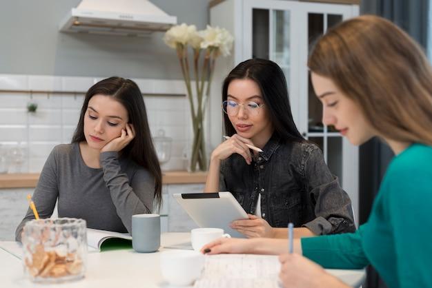 Groep volwassen vrouwen die samenwerken