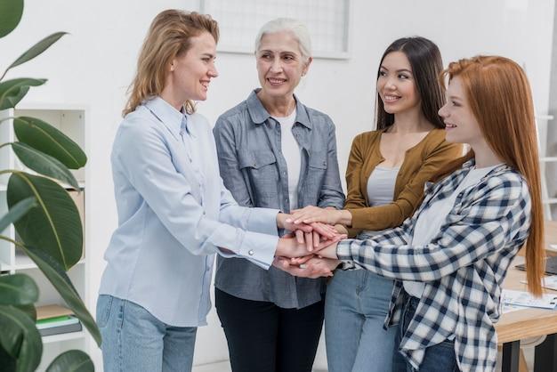 Groep volwassen vrouwen die vriendschap vieren