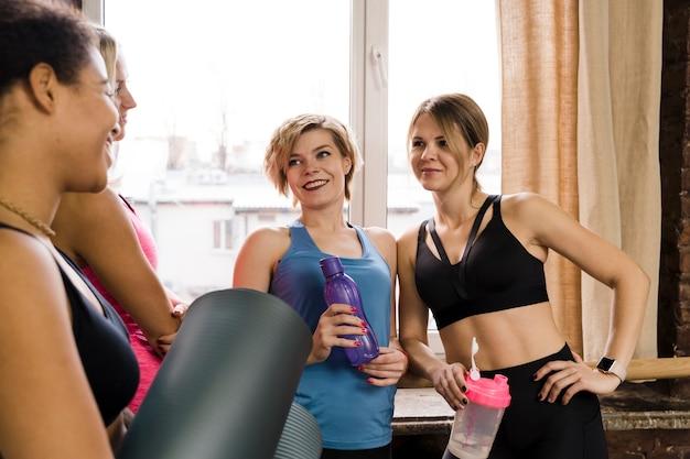 Groep volwassen vrouwen samen in de sportschool