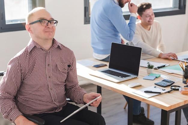 Groep volwassen werknemers samen op kantoor