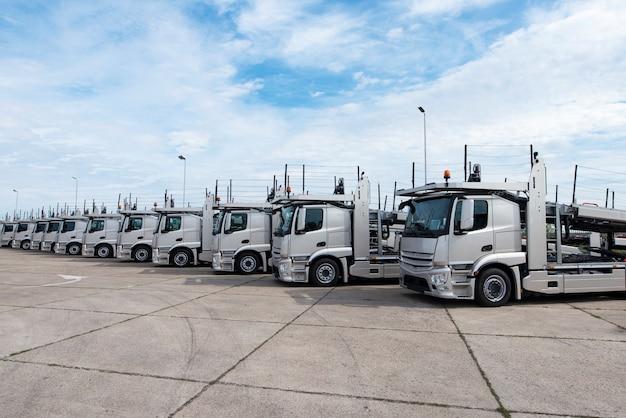 Groep vrachtwagens geparkeerd in de rij bij vrachtwagenstopplaats