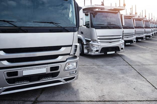 Groep vrachtwagens geparkeerd in een rij