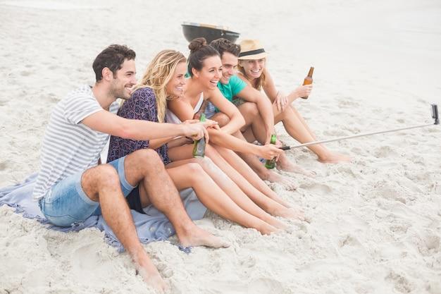 Groep vriend die een selfie op het strand neemt