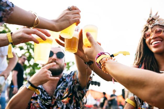 Groep vrienden bier drinken samen genieten van muziekfestival