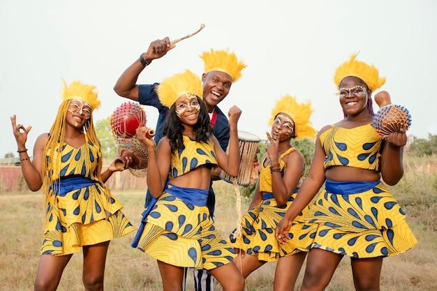 Groep vrienden bij afrikaans carnaval