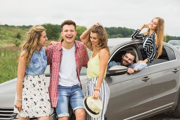 Groep vrienden bij het genieten van de reis