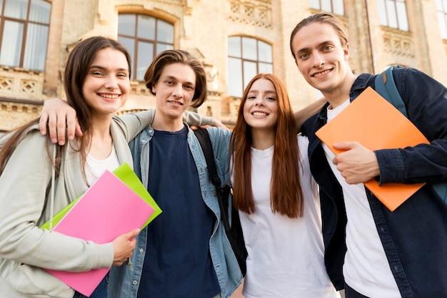 Groep vrienden blij om terug te zijn op de universiteit