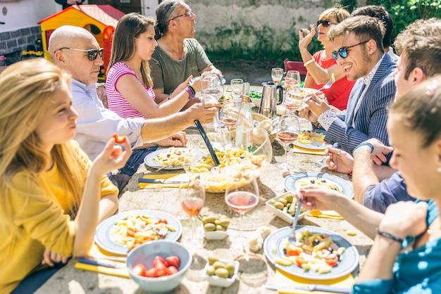 Groep vrienden buiten eten