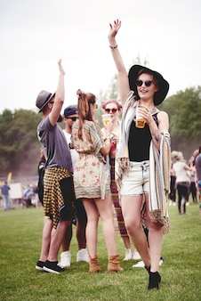 Groep vrienden dansen op het festival