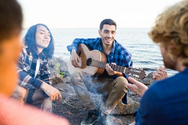 Groep vrienden dichtbij het strand