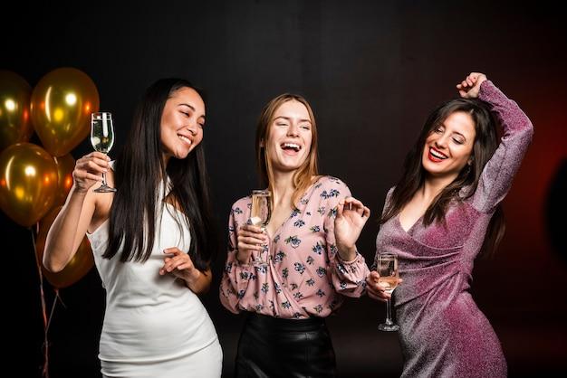 Groep vrienden die bij nieuwjaarspartij dansen