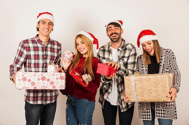 Groep vrienden die cadeaus houden