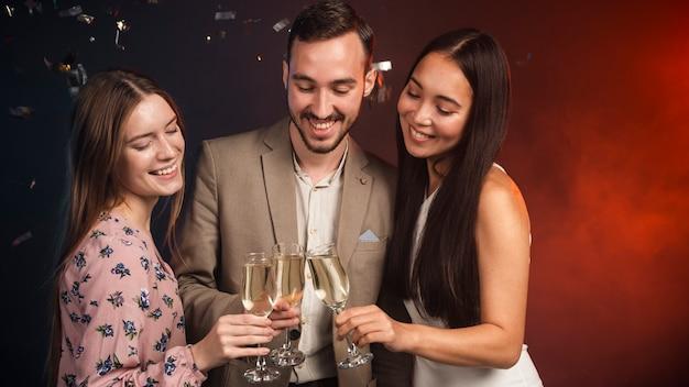Groep vrienden die champagne drinken bij nieuwe jaren