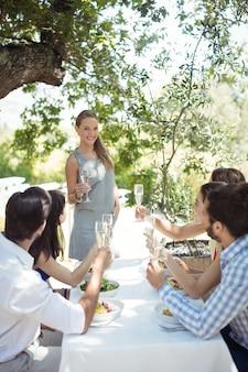 Groep vrienden die champagneglazen roosteren