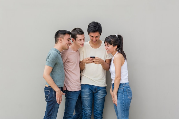 Groep vrienden die een mobiele telefoon controleren
