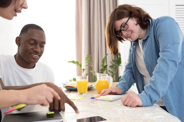 Groep vrienden die een reis plannen tijdens het ontbijt