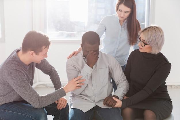 Groep vrienden die een revalidatiepatiënt aanmoedigen