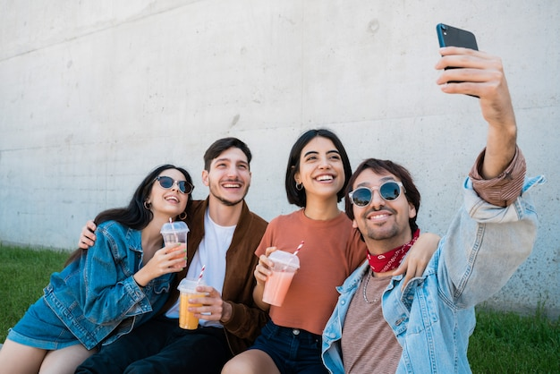 Groep vrienden die een selfie met telefoon nemen.