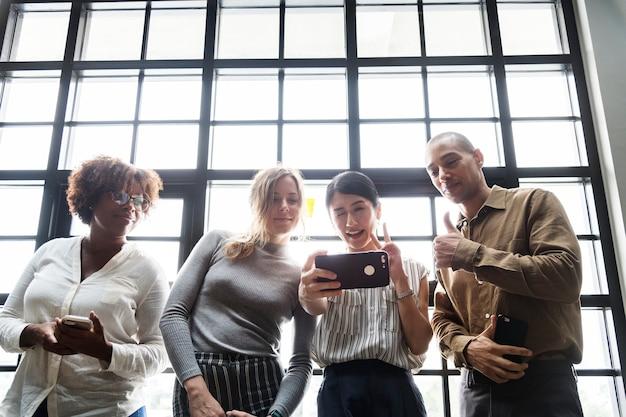 Groep vrienden die een selfie nemen