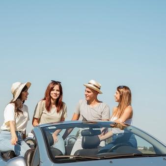 Groep vrienden die een wegreis doen