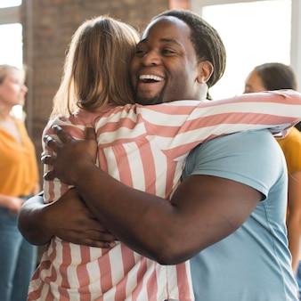 Groep vrienden die elkaar omhelzen