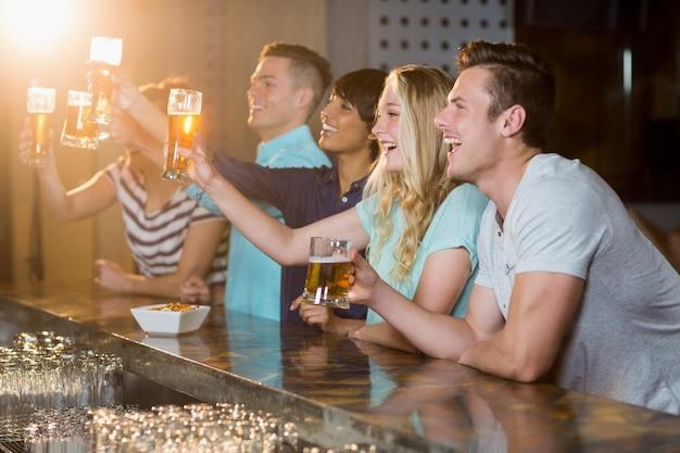 Groep vrienden die glas bier in partij houden