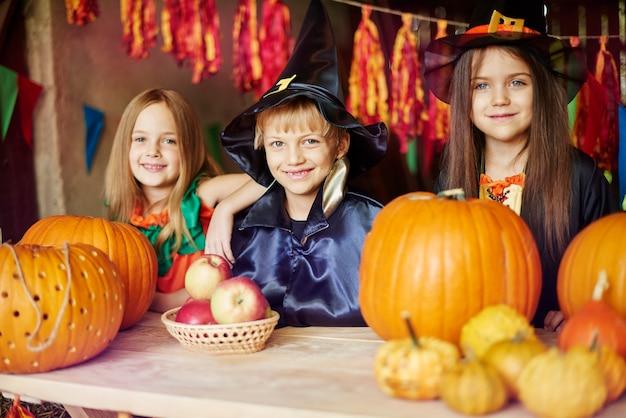Groep vrienden die halloween-dag samen doorbrengen